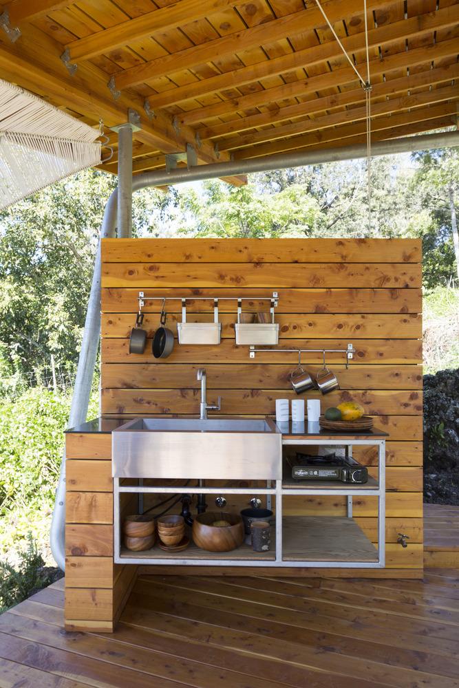 Cozinha do pavilhão completamente integrada à natureza