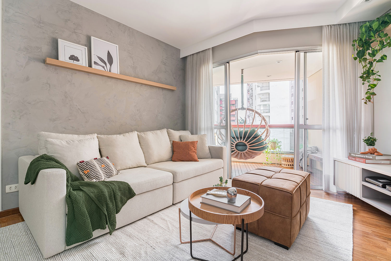 Sala de estar integrada à varanda, que conta com um balanço