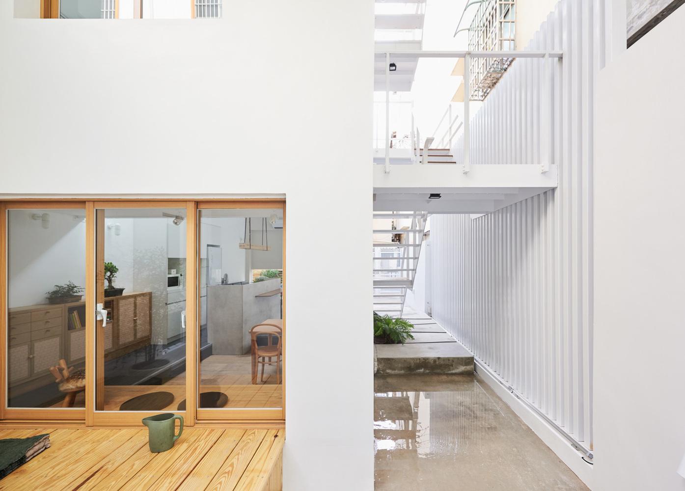 Casa de dois andares de fachada branca com escadas exteriores
