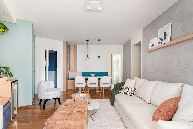 Sala de jantar e sala de estar integradas. Decoração de tons claros com destaques em azul