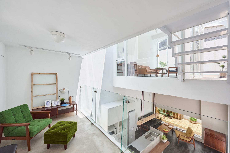 Casa de dois andares integrada a partir de remoção de paredes. Base branca e décor neutro