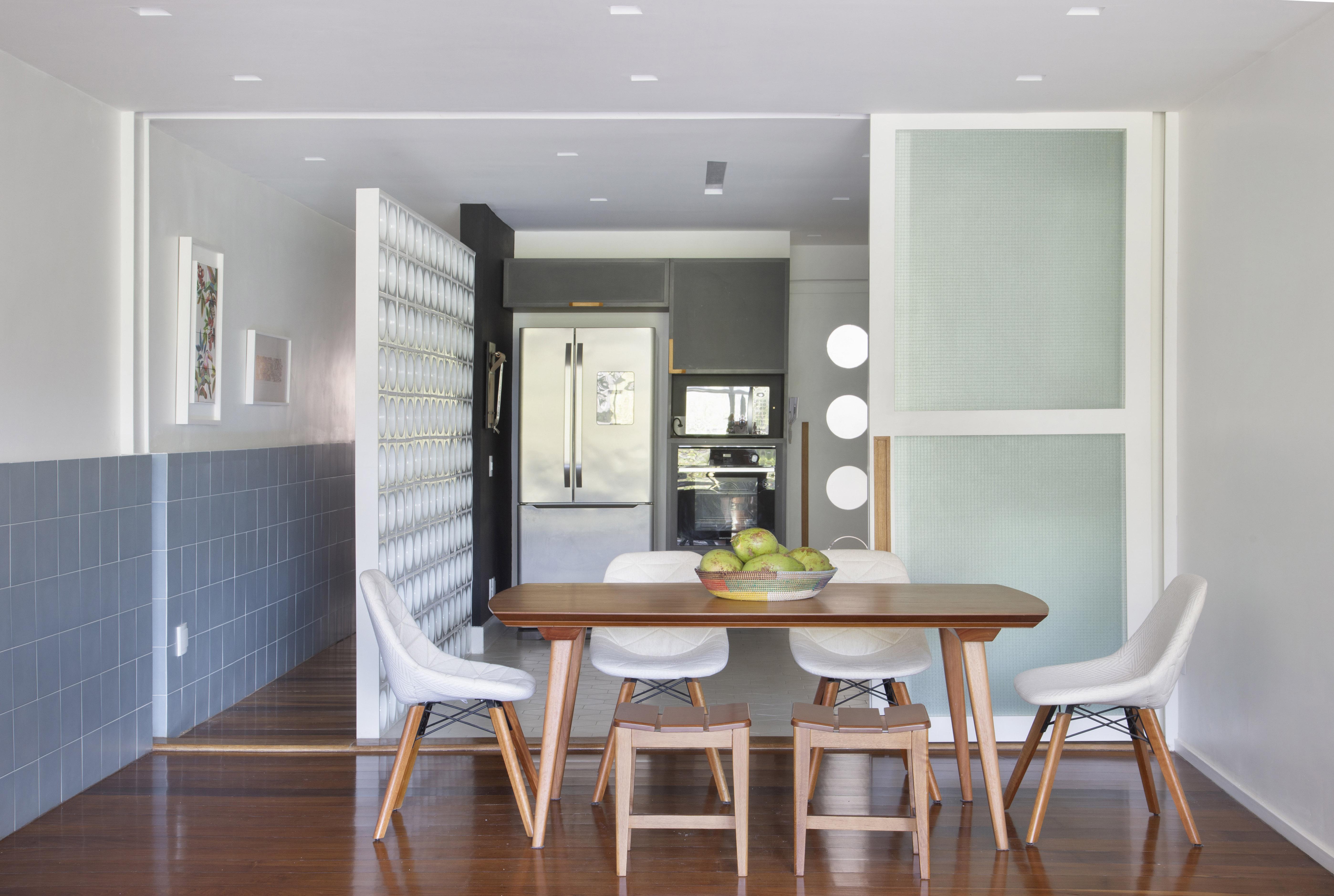 Sala de jantar integrada à cozinha. Cobogó vazado ao lado