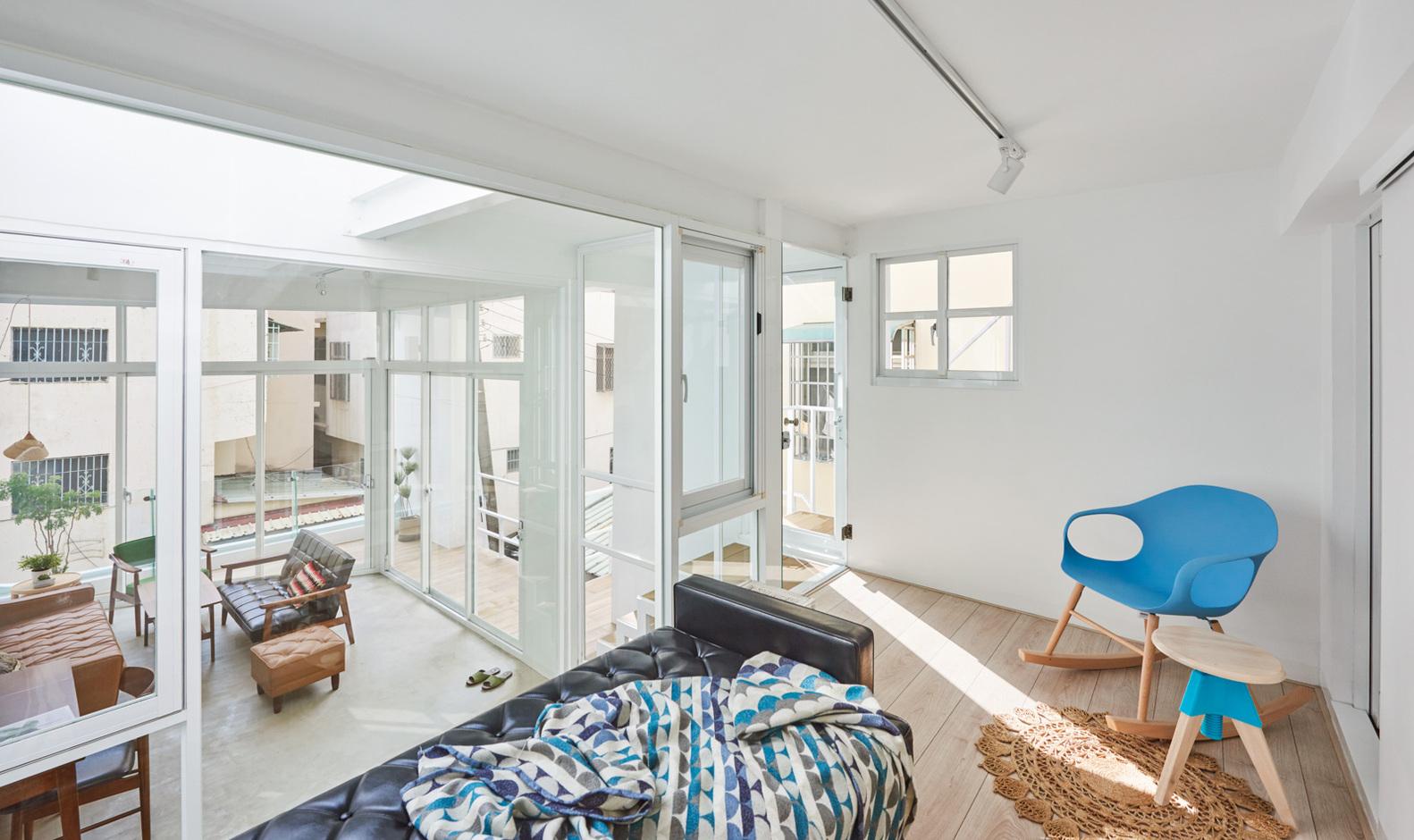 Casa de dois andares integrada de base branca e décor neutro
