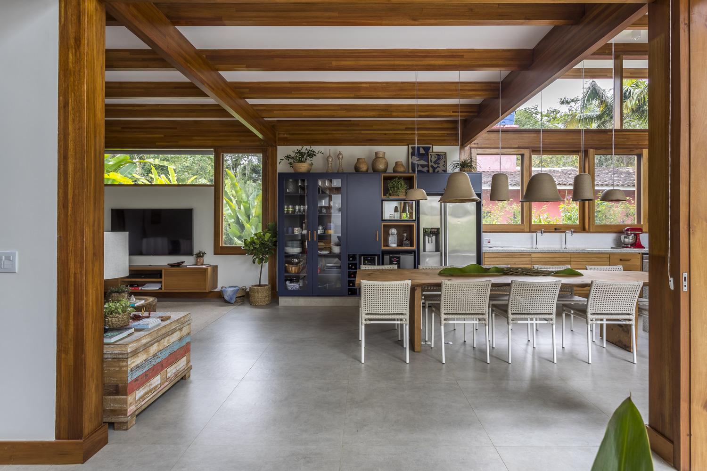 Área integrada de casa com espaço de estar e jantar