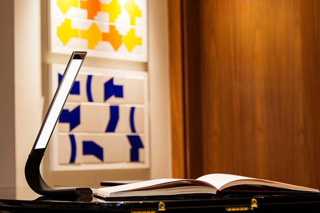 Luminária de mesa flexível e dimerizável da Yamamura, com led integrado