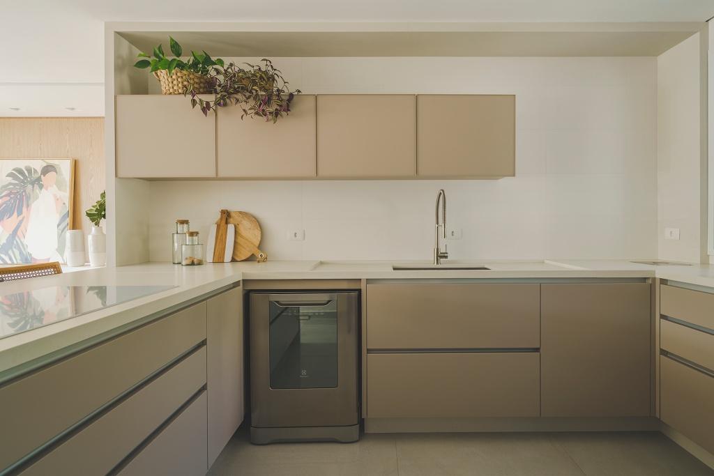 Cozinha com armário cinza, e bancada da pia em pedra branca em L