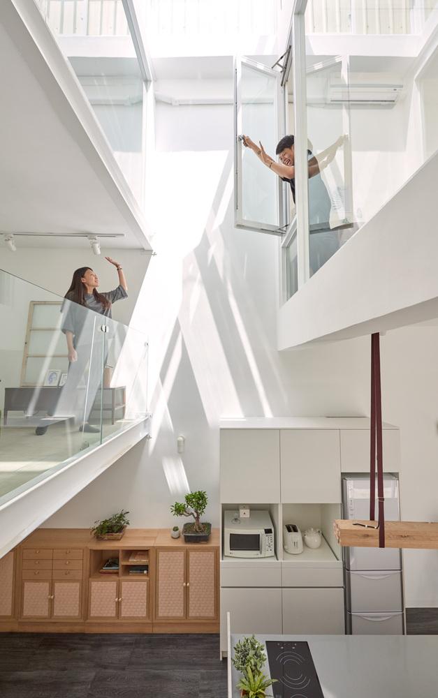 Dois andares de uma casa integrados a partir da remoção de uma parede sólida