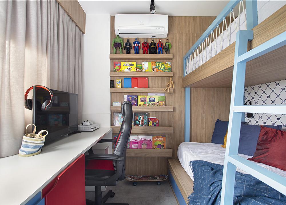 Quarto de criança com beliche em marcenaria. Mesa com computador e cadeira de escritório. Estante em marcenaria com livros e bonecos