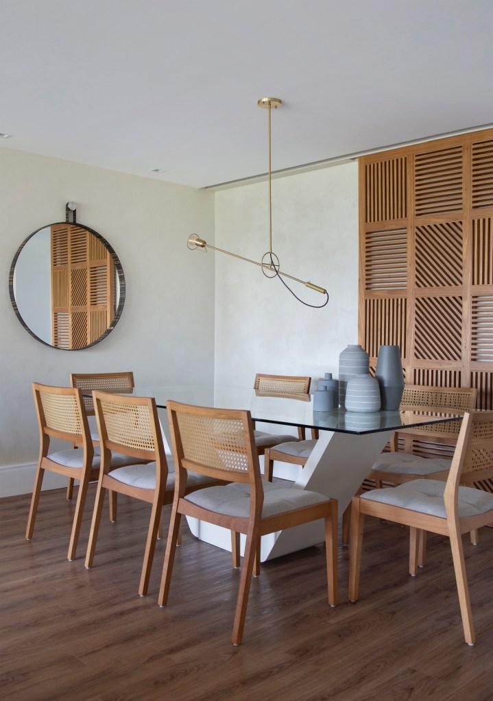 Sala de jantar com móveis e piso de madeira