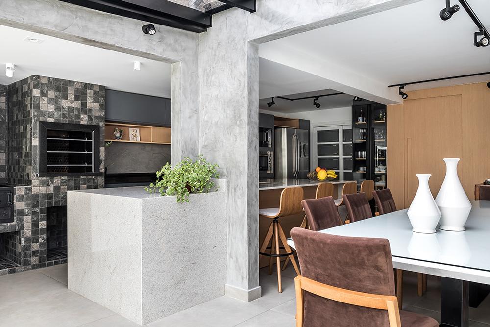 área gourmet integrada à cozinha e churrasqueira.