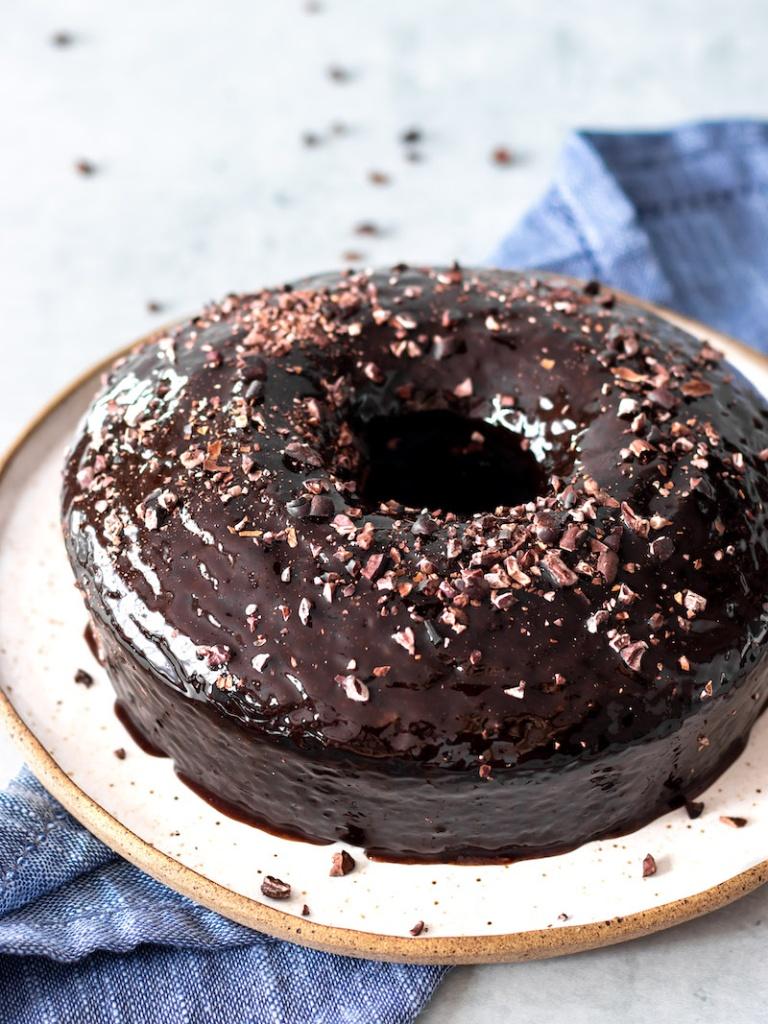 Bolo de chocolate vegano, com cobertura de chocolate e granulado