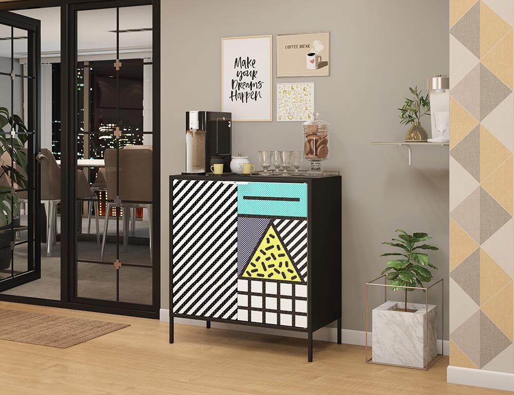 Armário com padrões geométricos em estilo pop art. Máquina de café preta sobre o armário. Copos de café. Vidro de biscoitos.