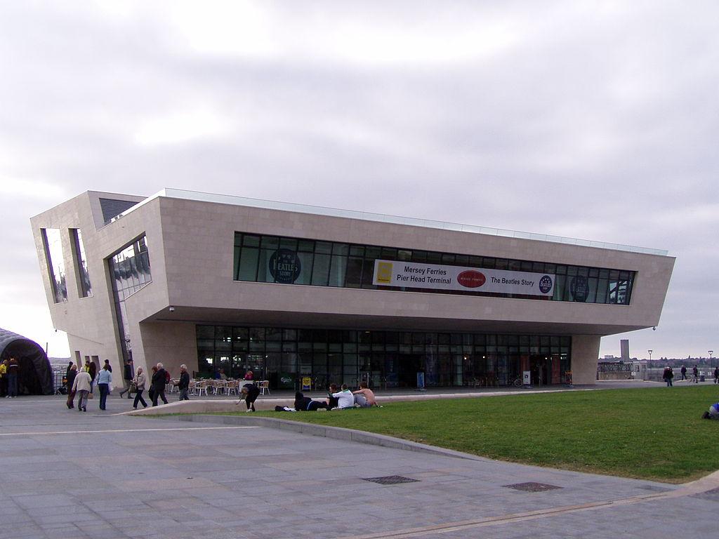 Pavilhão com dois andares e fachada geométrica.