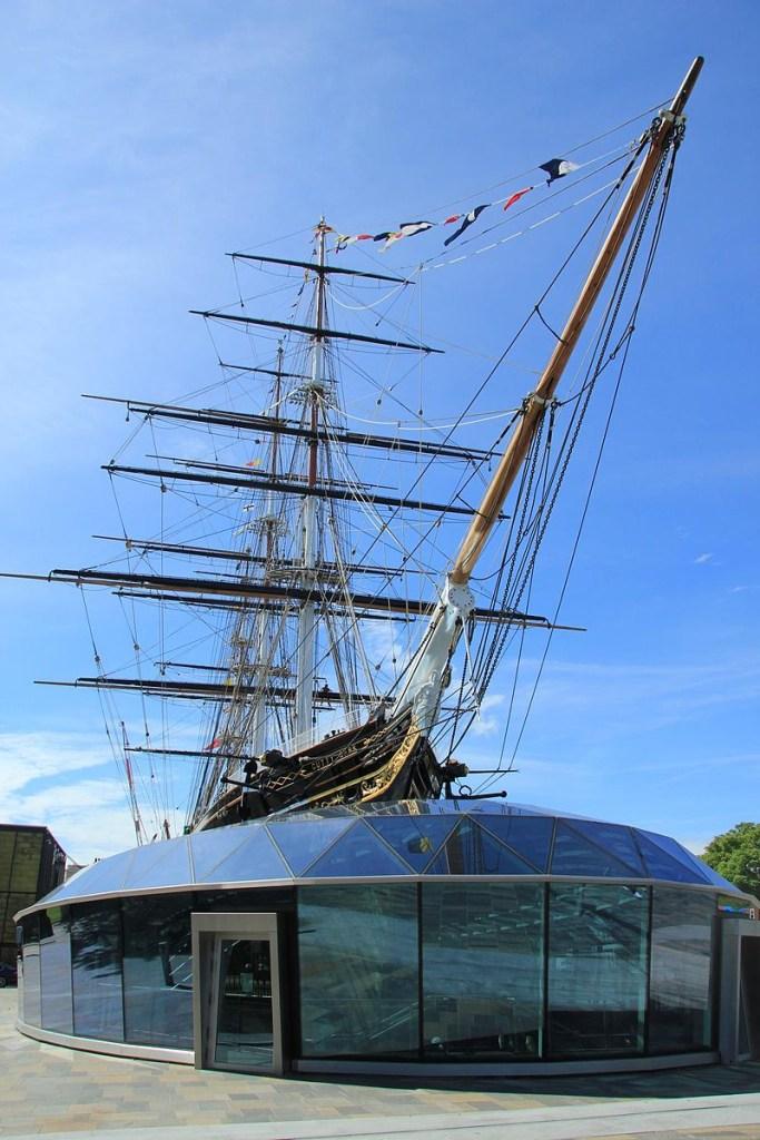 Construção em forma de navio disposta sobre estrutura em vidro.