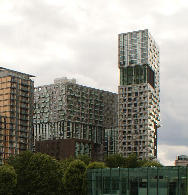Prédio com fachada composta por diversos blocos coloridos desalinhados