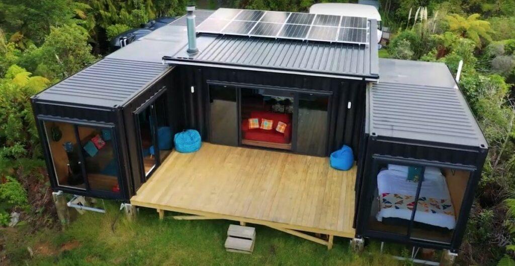 Foto aérea da casa com paineis solares à vista