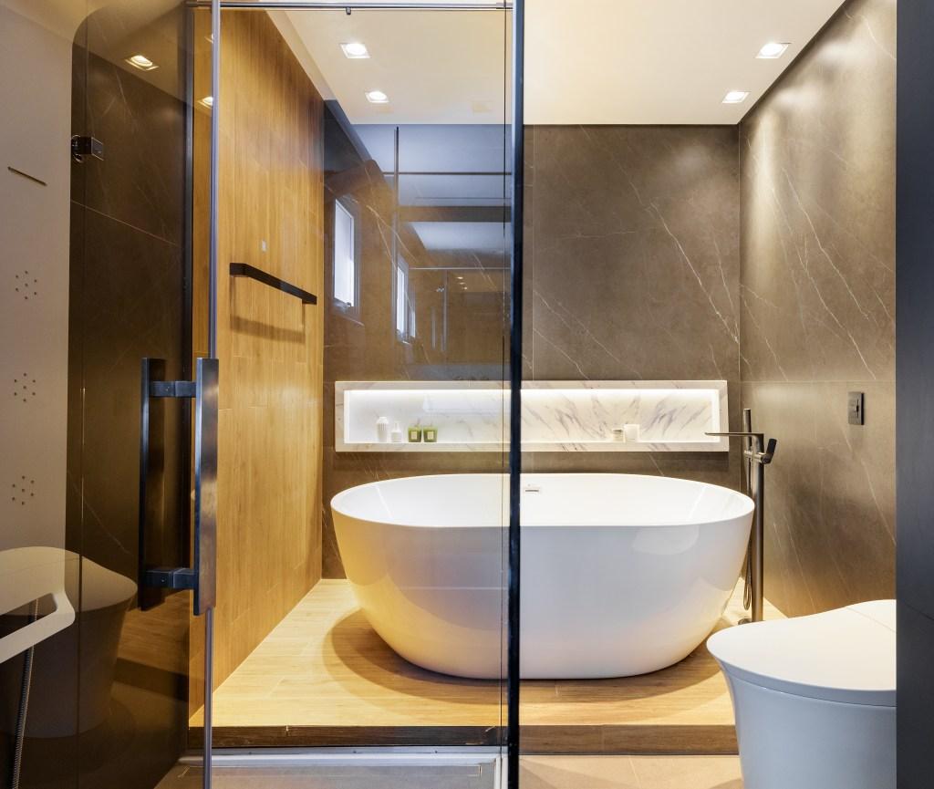 Banheiro amplo, com box e banheira grande
