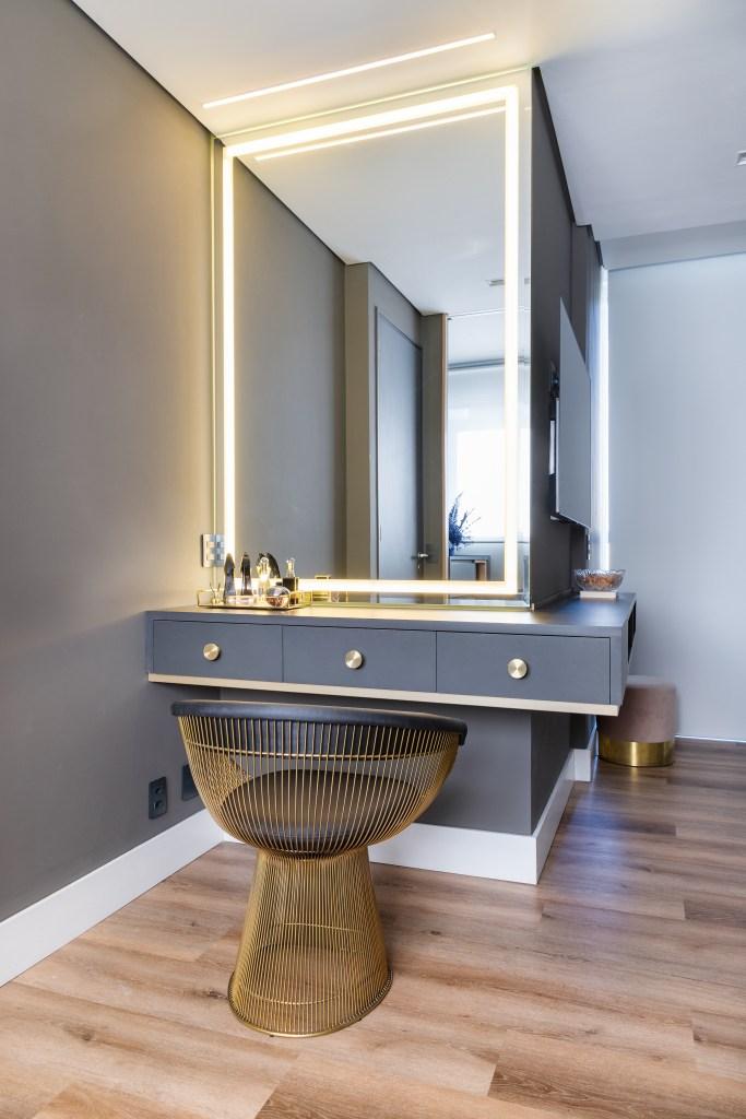 Penteadeira cinza, com espelho grande, com iluminação nas bordas