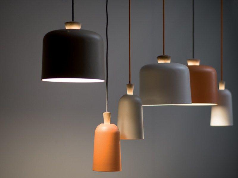 Luminária pendentes de cerâmica, com luzes acesas na cores preta, laranja, cimento queimado e terracota