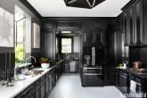 Cozinha com armários pretos e piso branco