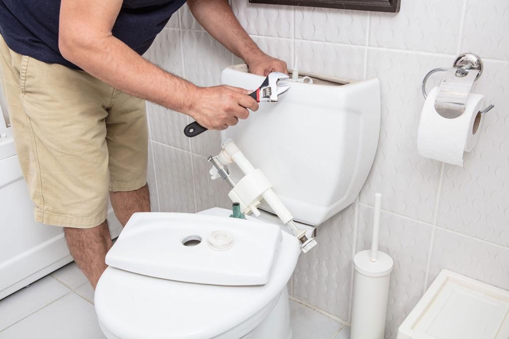 Homem com ferramenta na mão consertando vaso sanitário