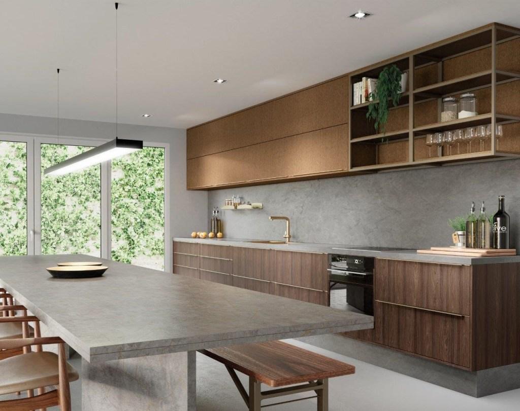Cozinha com bancada de cimento queimada, com armários de madeira escura