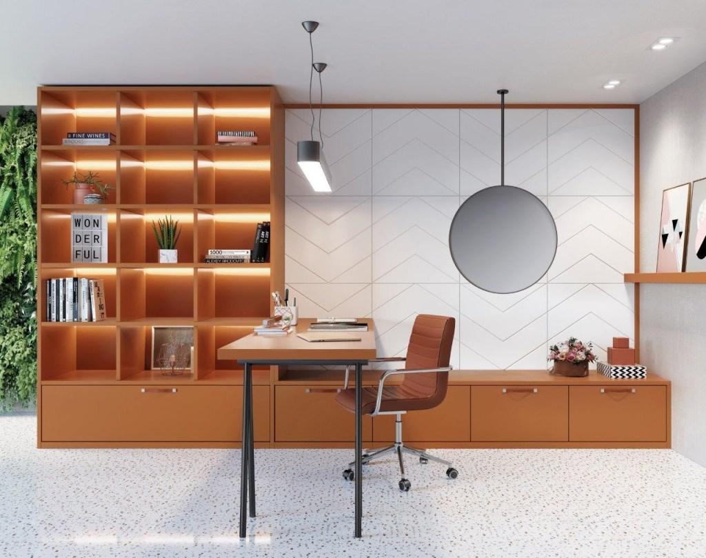 Escritório com porcelanato branco, com móveis de madeira alaranjada