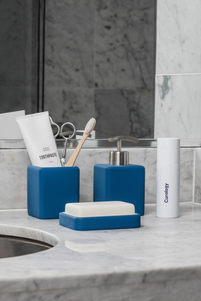 Pia com saboneteira, porta sabão e porta escova azul marinho