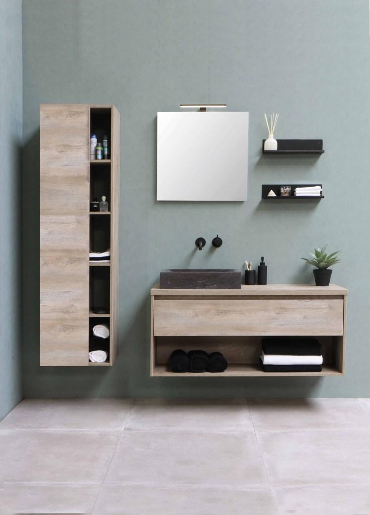 Banheiro minimalista com armário com toalhas brancas e pretas arrumadas
