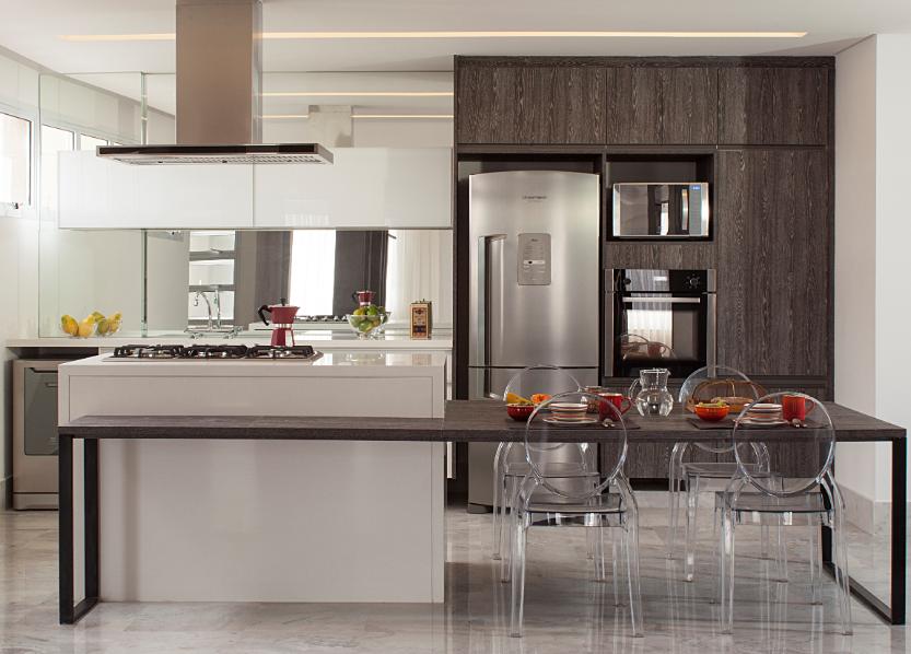 mesa da cozinha gourmet tem estrutura de alumínio, revelando uma leveza ímpar, e o restante do mobiliário tem base de madeira com acabamentos laminados e em vidro