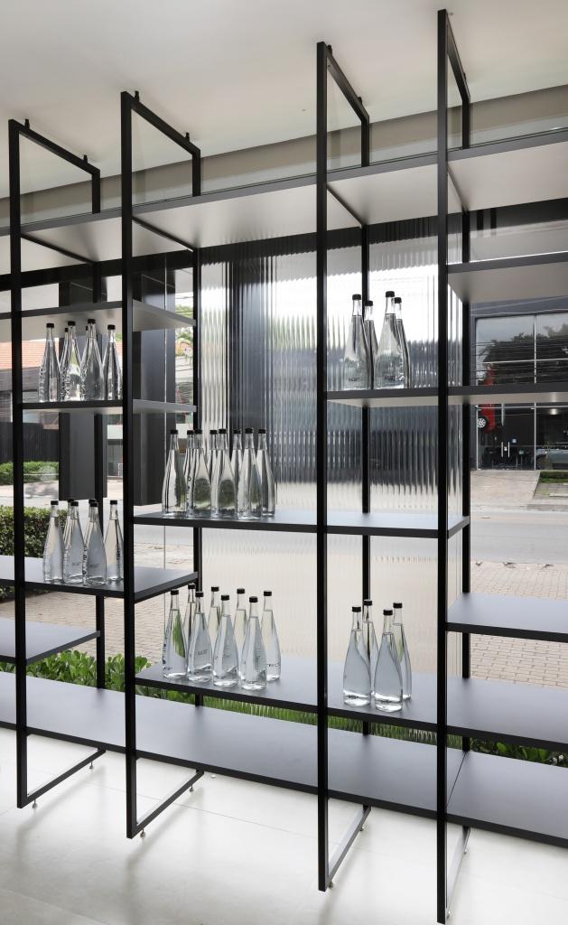 estante Tasos aposta no conceito móvel aberto e mistura a marcenaria e a serralheria com uma estrutura em alumínio