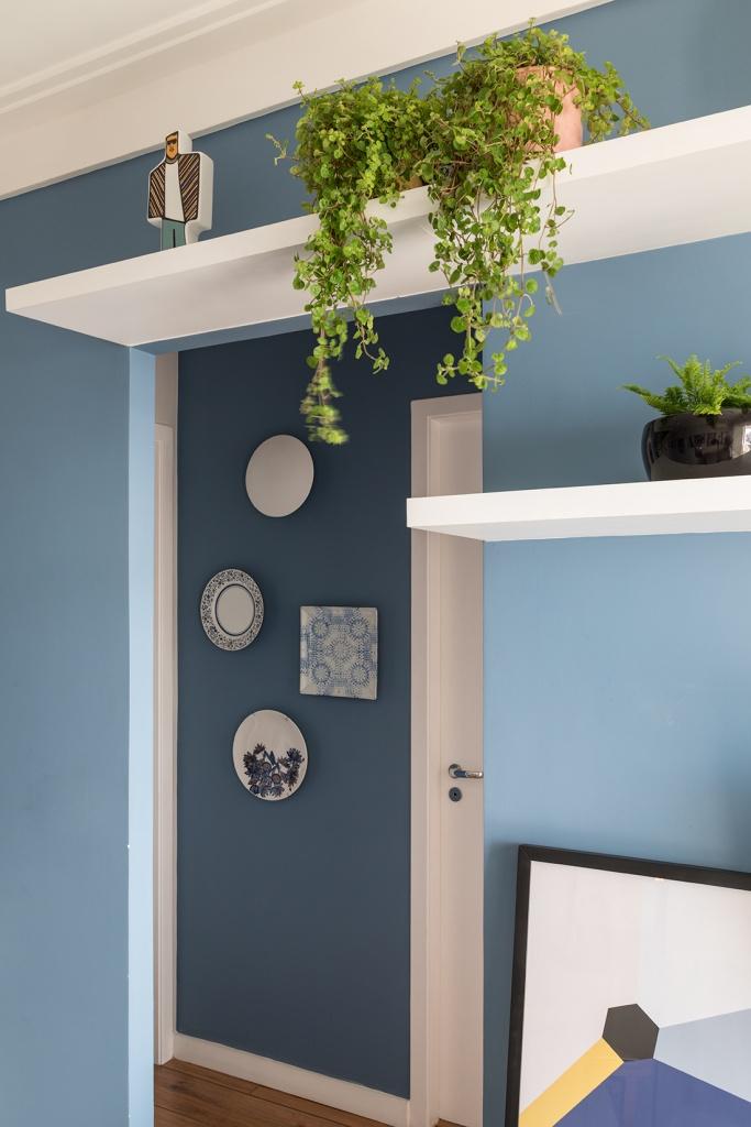 No espaço da parede que estaria vazio, ao lado da porta, a composição retrô com versões redondas e quadradas, nos conectam à atemporalidade da louça portuguesa com suas as estampas florais e azuis