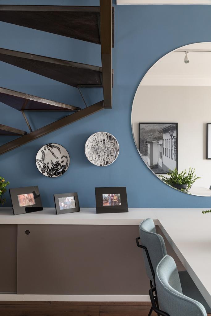 no aparador da sala de jantar, o p&b dos pratos ressalta o floral e o mood ilustrativo.