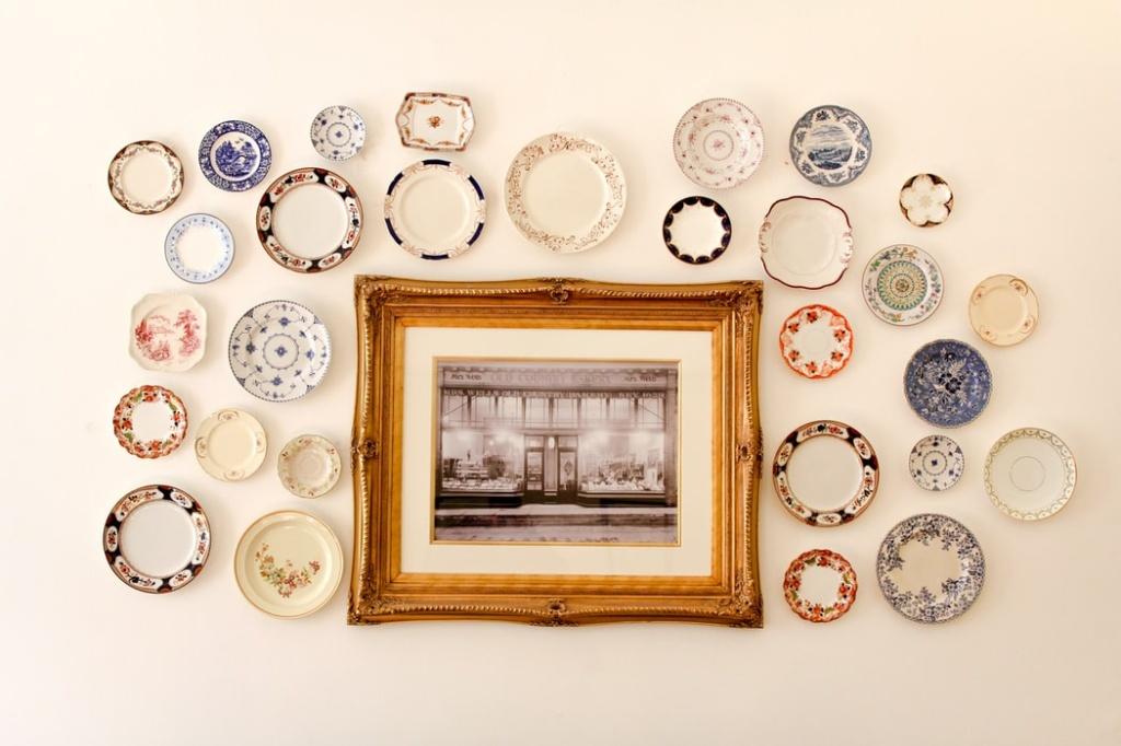 Composição com pratos pequenos em volta de quadro com foto