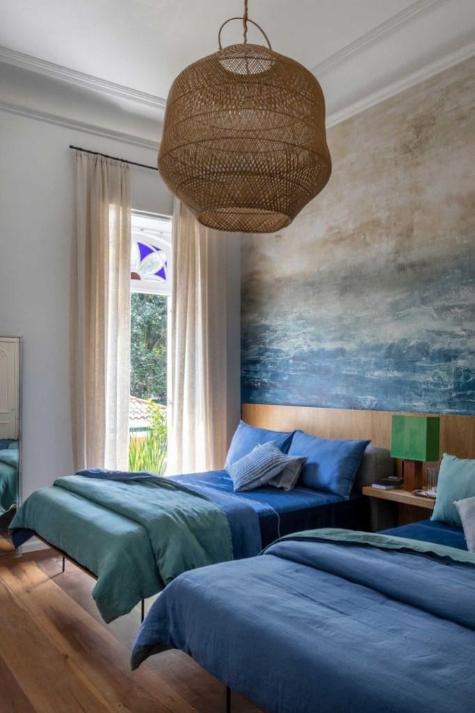 Tons de azul compõem a decoração do quarto minimalista