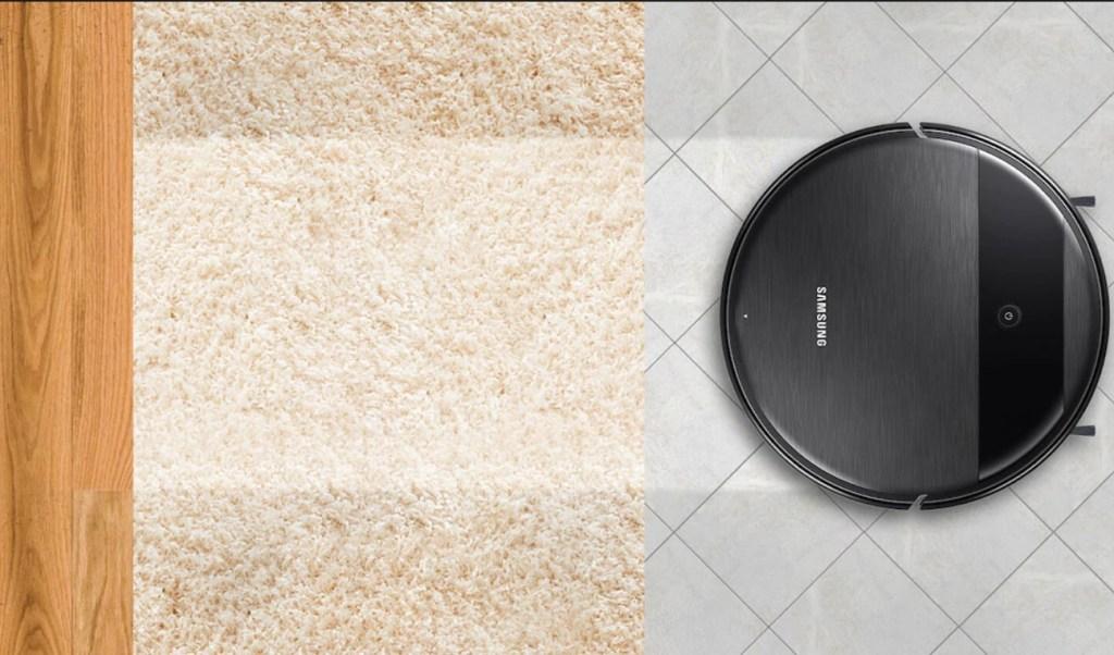 Montagem com o robô limpando piso em madeira, tapete e piso frio