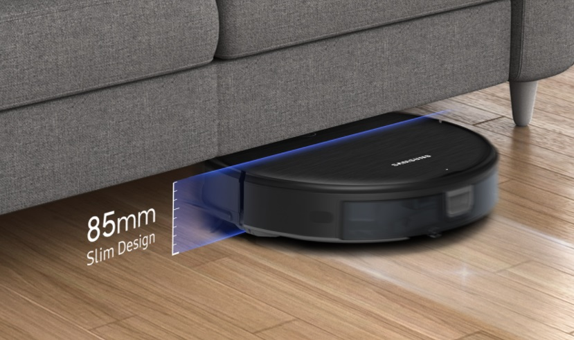 Aspirador robô entrando embaixo do sofá