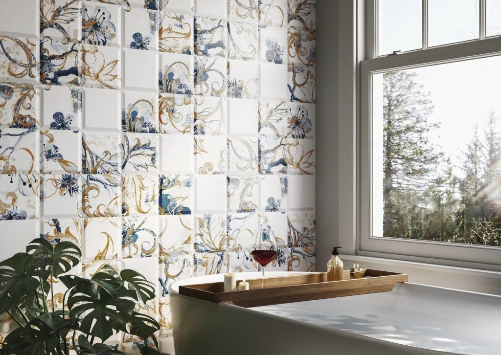 Banheira com bandeja de madeira com taça de vinho de frente para a parede com ladrilhos decorados