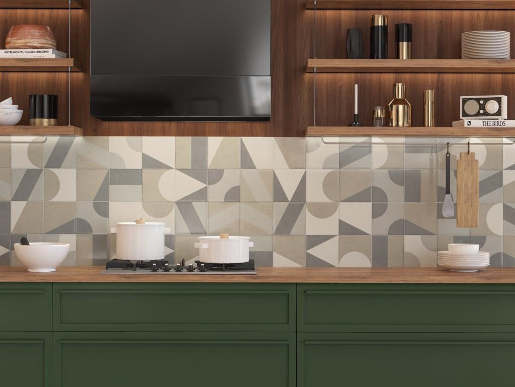 Cozinha com armário verde e madeira, com backsplash com padrão geométrico