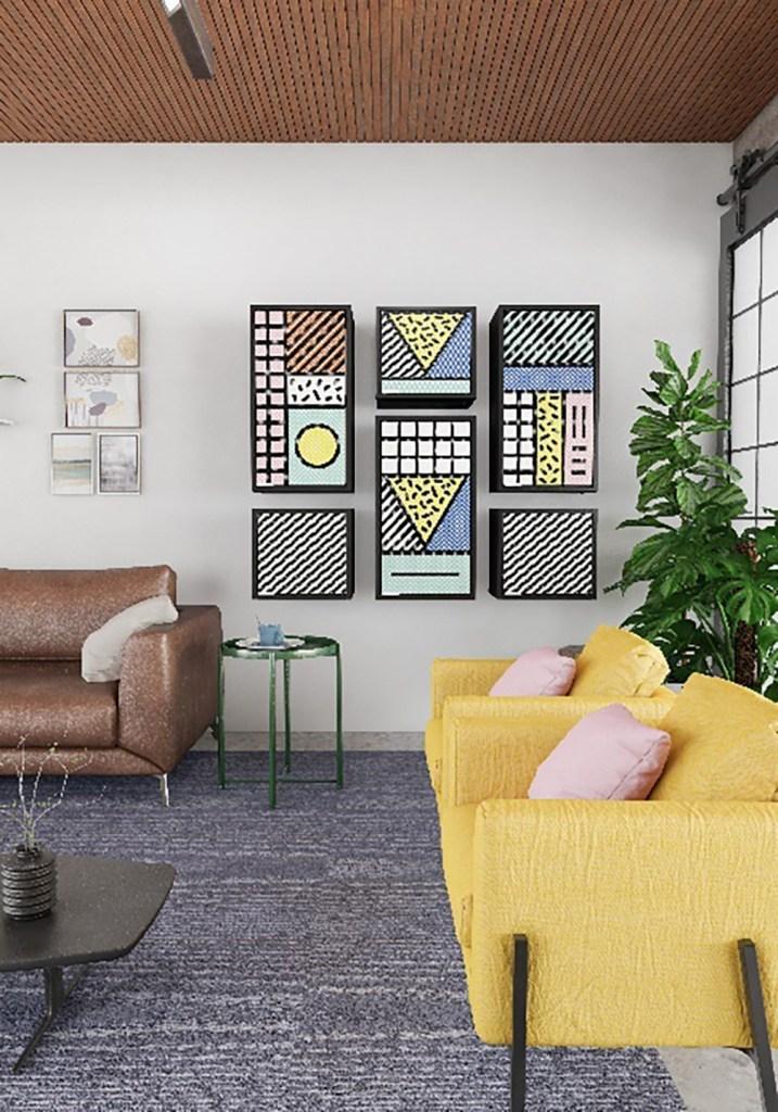 Living com duas poltronas amarelas e almofadas rosa. Armários nas paredes com padrões geométricos coloridos em estilo pop art