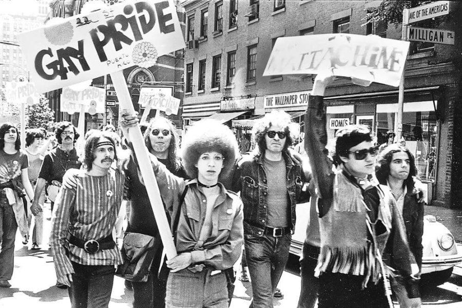 Foto em preto e branco com manifestantes segurando cartazes de Gay Pride em Nova York após Stonewall