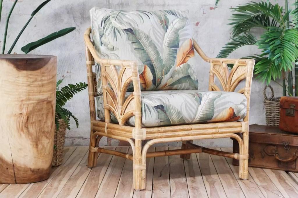 Cadeira de rattan ou vime, com estofado estampado de plantas
