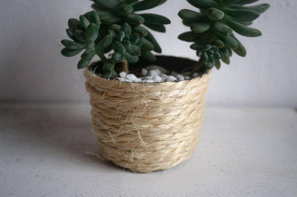 Vaso de planta decorado com sisal