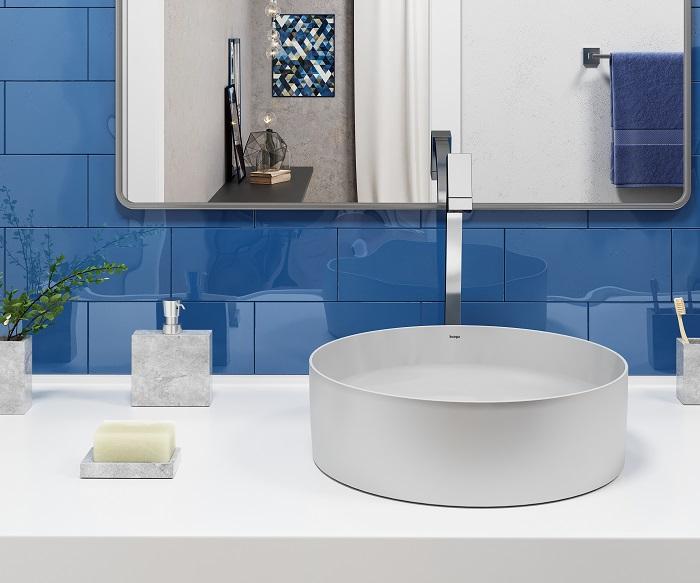 Banheiro com revestimento azul e cuba cinza