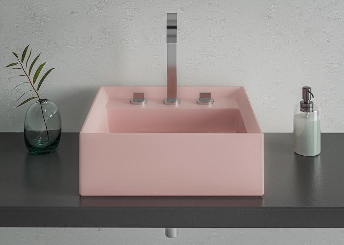 Banheiro com decoração jovem, base cinza e cuba rose