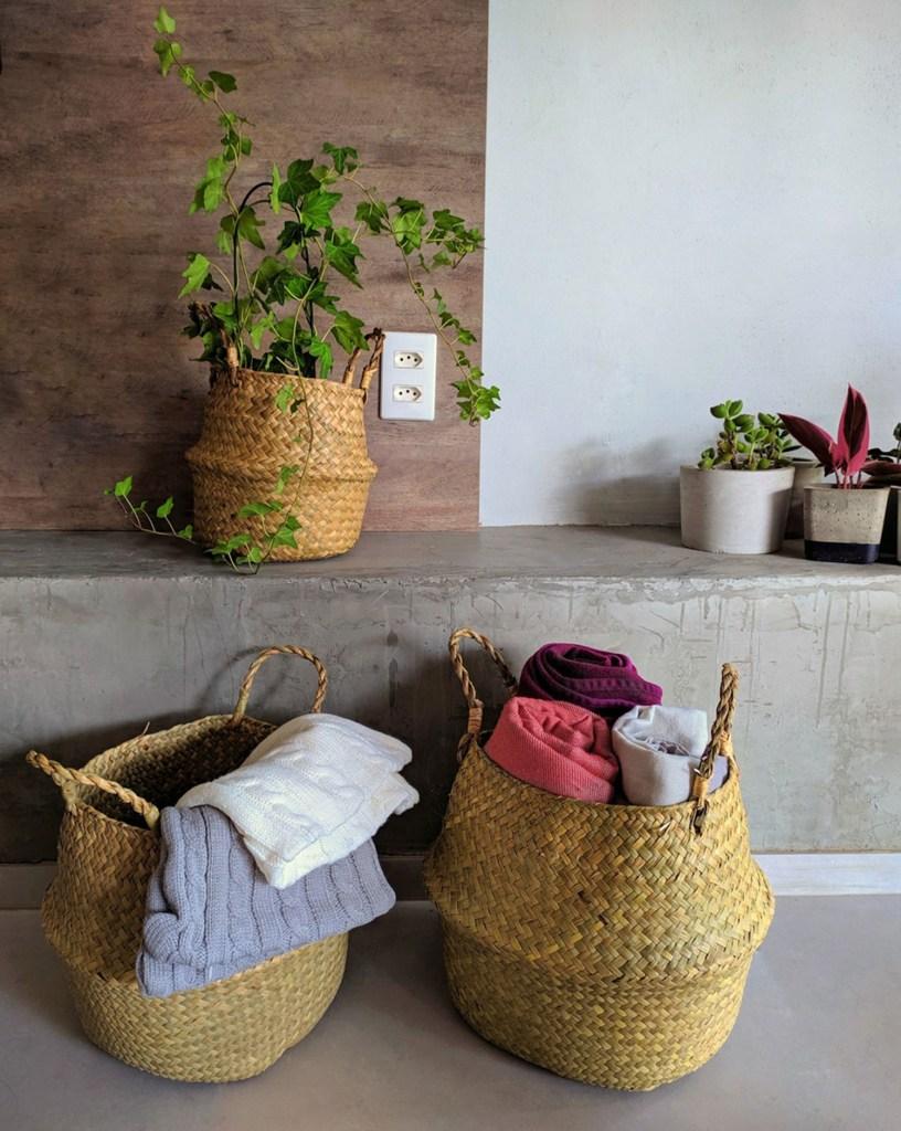 Cesto de palha são usados para guardar cobertores