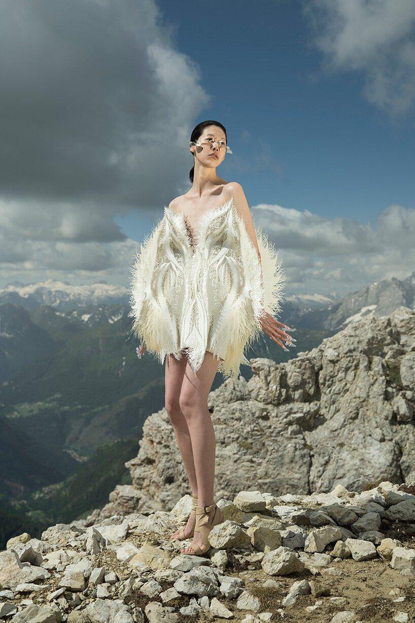 Designer cria vestidos feitos de detritos marinhos