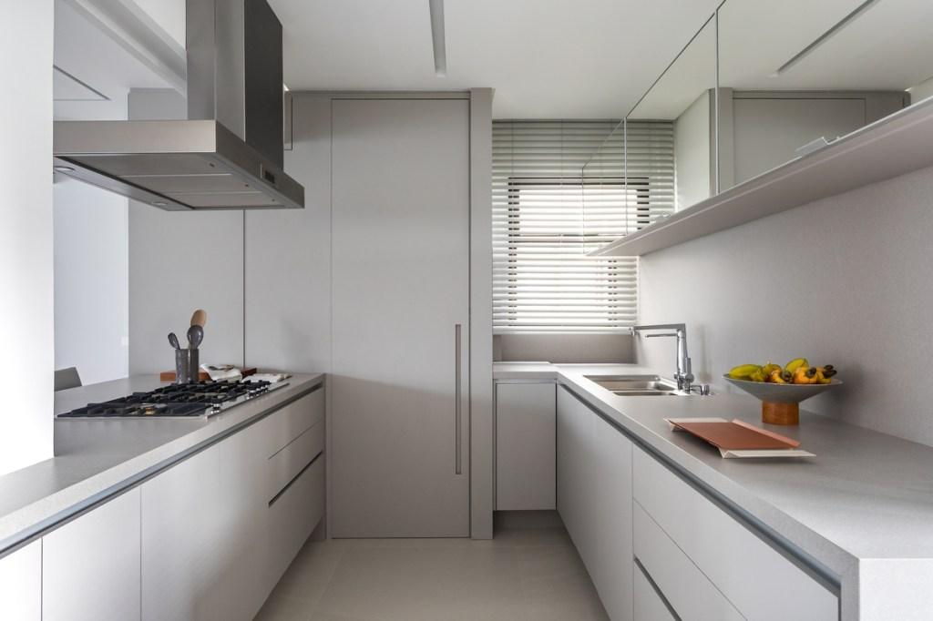 Cozinha branca com armários brancos