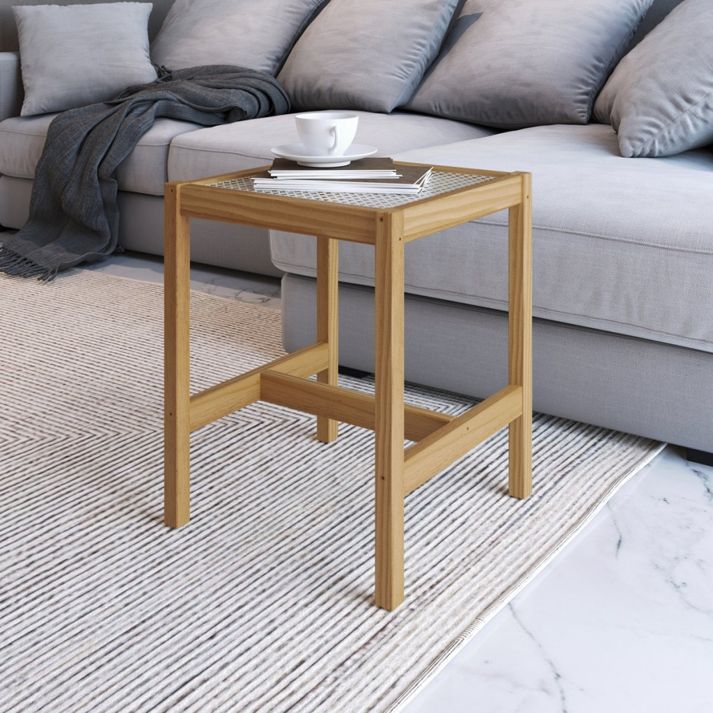 Mesa de lateral de madeira em frente a uma sofá cinza