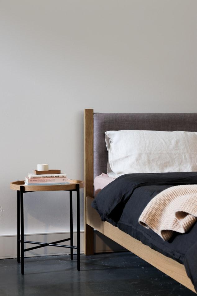 Mesa lateral ao lado da cama